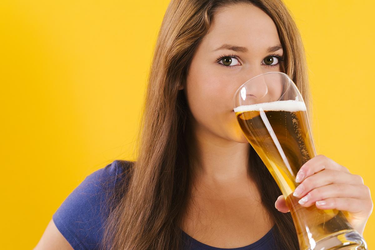 Картинка девушка пьет пиво